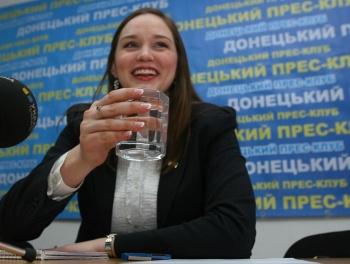 Віце-консул Посольства США в Україні Елісон Ханна під час конференції