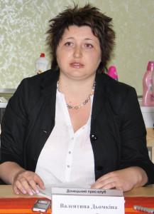 Валентина Дьомкіна розповідає учасникам прес-туру про реалізацію проекту