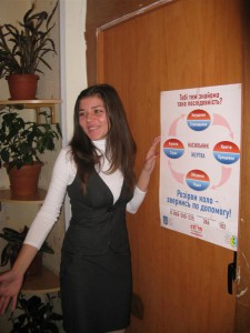 Соціальний працівник центру проводить екскурсію для журналістів