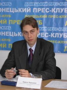 керівник соціологічної служби Центр політологічних досліджень Кирило Черкашин слухає питання журналістів