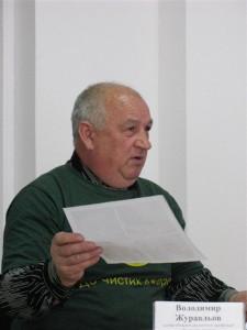 Голова екологічної організації «До чистих джерел» Володимир Журавльов розповідає журналістам про лідерів по забрудненню Кальміусу